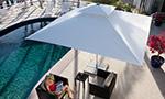 Sonnenschirm Supremo von Caravita in weiss mit Winddach viereckig am Pool